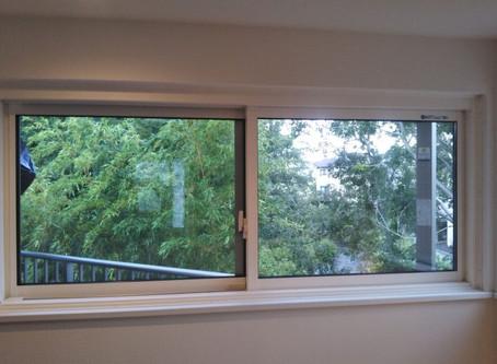 【施工事例】階段上のFIX窓を開く窓にして換気(箕面市)