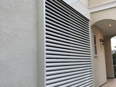 【施工事例】台風対策・防犯対策、電動ブラインドシャッター後付設置(箕面市)