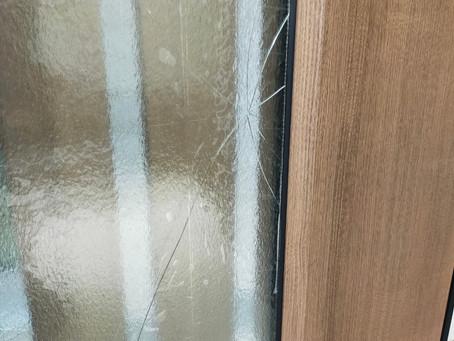 【施工事例】玄関ドアのガラス割れ補修承ります(吹田市)