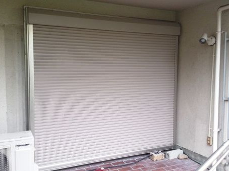 【施工事例】池田市O様邸掃き出し窓の雨戸を電動シャッターに取替え
