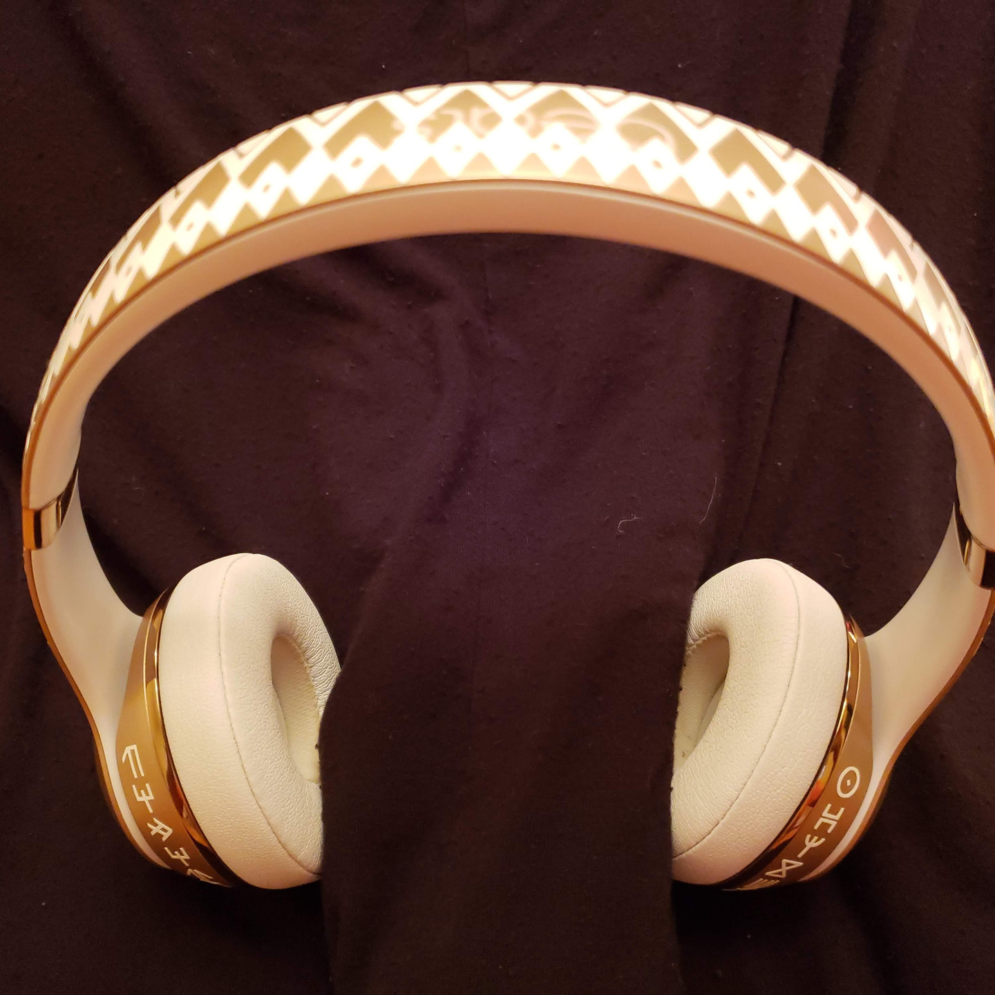 Beats by Dre Solo3, vinyl, Wakanda, African, Headphone, Cricut, Shuri, Dora Milaje, Gold, Black Panther, White, Music, vibranium, Marvel Cinematic Universe, Comics, MCU, Cricut Design Space, Crafting Intrigue, @CallHimIntrigue, blerd