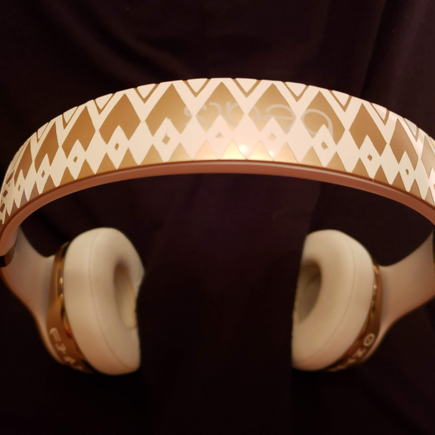 Beats by Dre Solo3, vinyl, Wakanda, African, Headphone, Cricut, Shuri, Dora Milaje, Gold, Black Panther, White, Music, vibranium, Marvel Cinematic Universe, Comics, MCU, Cricut Design Space
