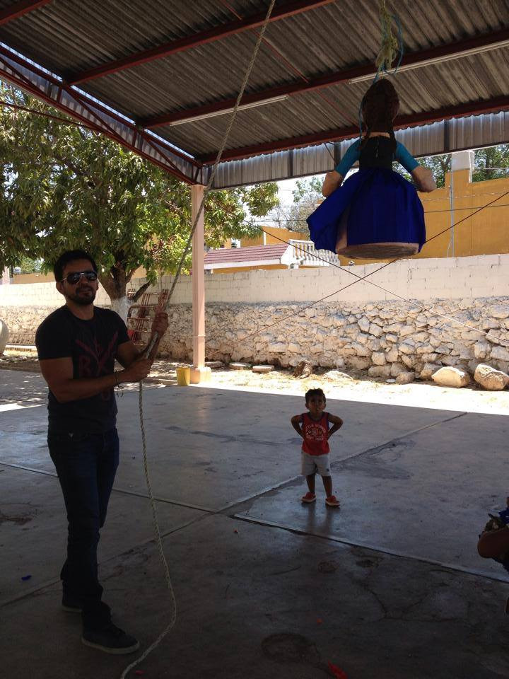 El equipo de textilolos visito el pasado fin de semana las instalaciones del ejercito de salvación ubicado en la colonia Emiliano Zapata sur de la ciudad de Mérida, para hacer pasar un rato ameno con los pequeñines, a los que se les brindaron bocadillos, rompieron piñatas y se les obsequió ropa y juguetes. Amigos comprometamonos con este tipo de actividades en donde la sonrisa de estos niños vale oro.