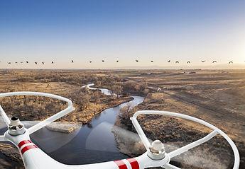 Drone über einen Fluss