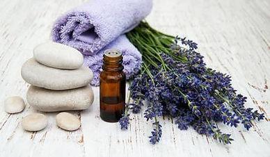 52196647-lavanda-y-aceite-de-masaje-en-u