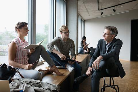 Professor mit Studenten