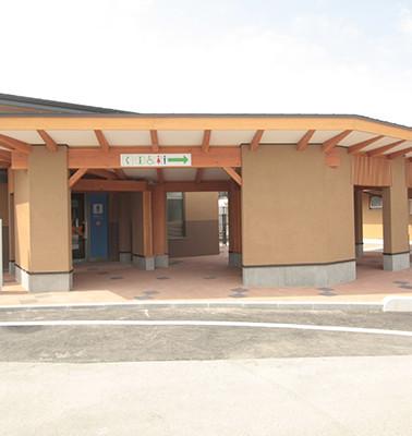 27513_高速道路整備関連事業CBトイレ通路屋根設置工事.jpg