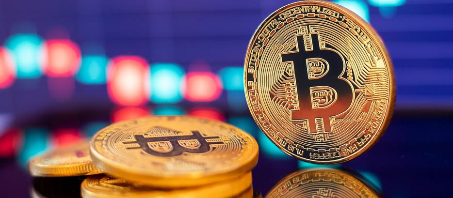 Bitcoin segue forte rali de alta e acumula ganhos de 30% apenas em 2021