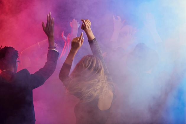 Dancing-crowd-in-smoky-nightclub-550437.