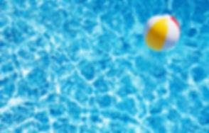 プールでビーチボール