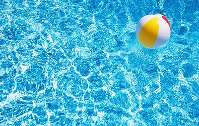 Bola de playa en piscina