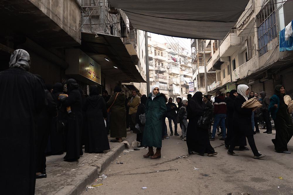 Vor einer Bäckerei in Ost-Aleppo warten Syrer oft bis zu 90 Minuten auf 2kg staatlich gefördertes Brot.