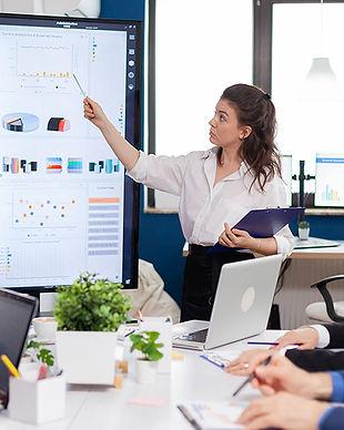 executive-director-woman-briefing-collegues-explan-X4X6N9P.JPG