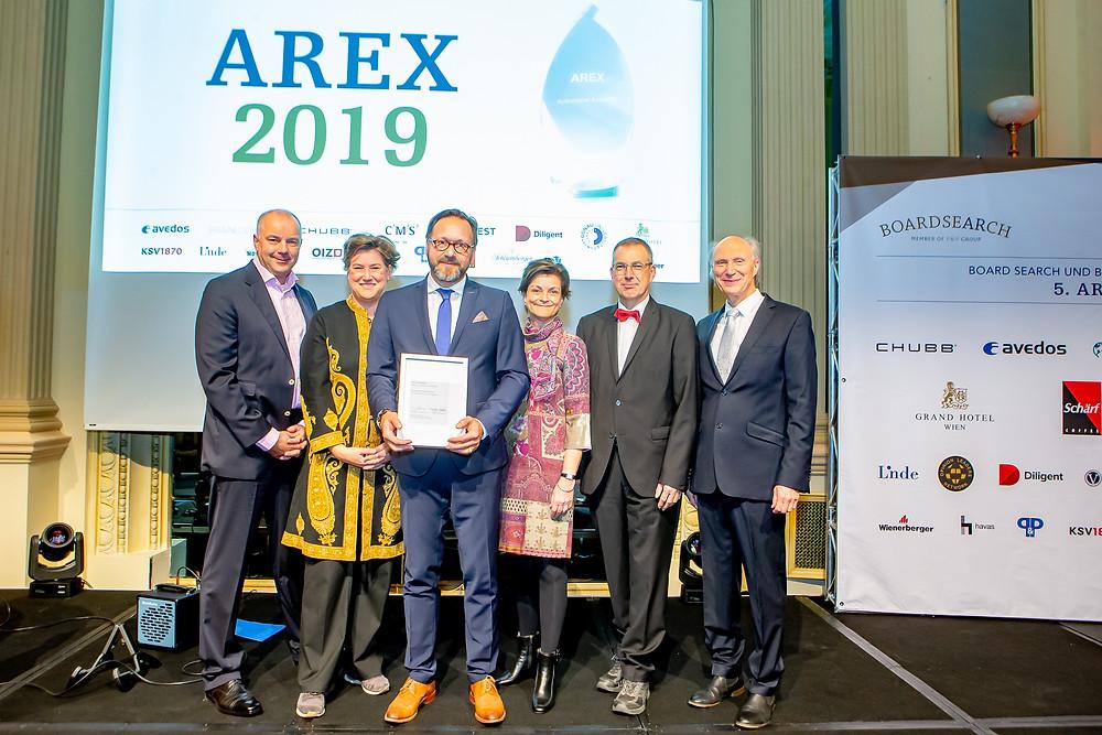 """Die Absolventen der Prüfung """"Qualifizierter Aufsichtsrat""""  haben während der AREX-Gala das Zertifikat der Deutsche Börse AG erhalten."""