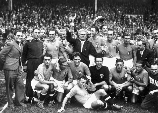 İtalya Milli Takımı ve Giuseppe Meazza şampiyonluk kutlaması