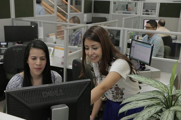 Diana-Arias-trabaja-con-su-equipo-1024x6