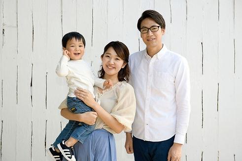 ギフトをを選ぶ家族