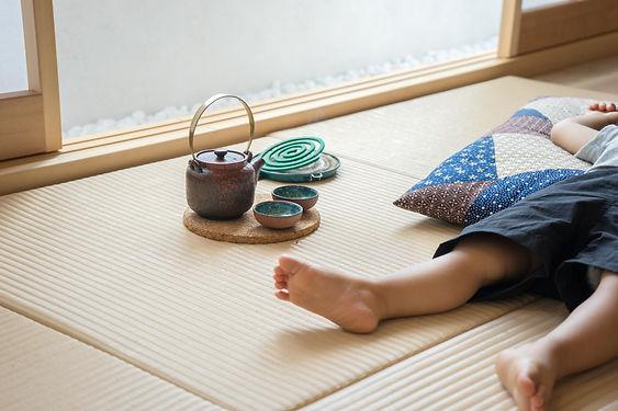 正方形畳の上で昼寝