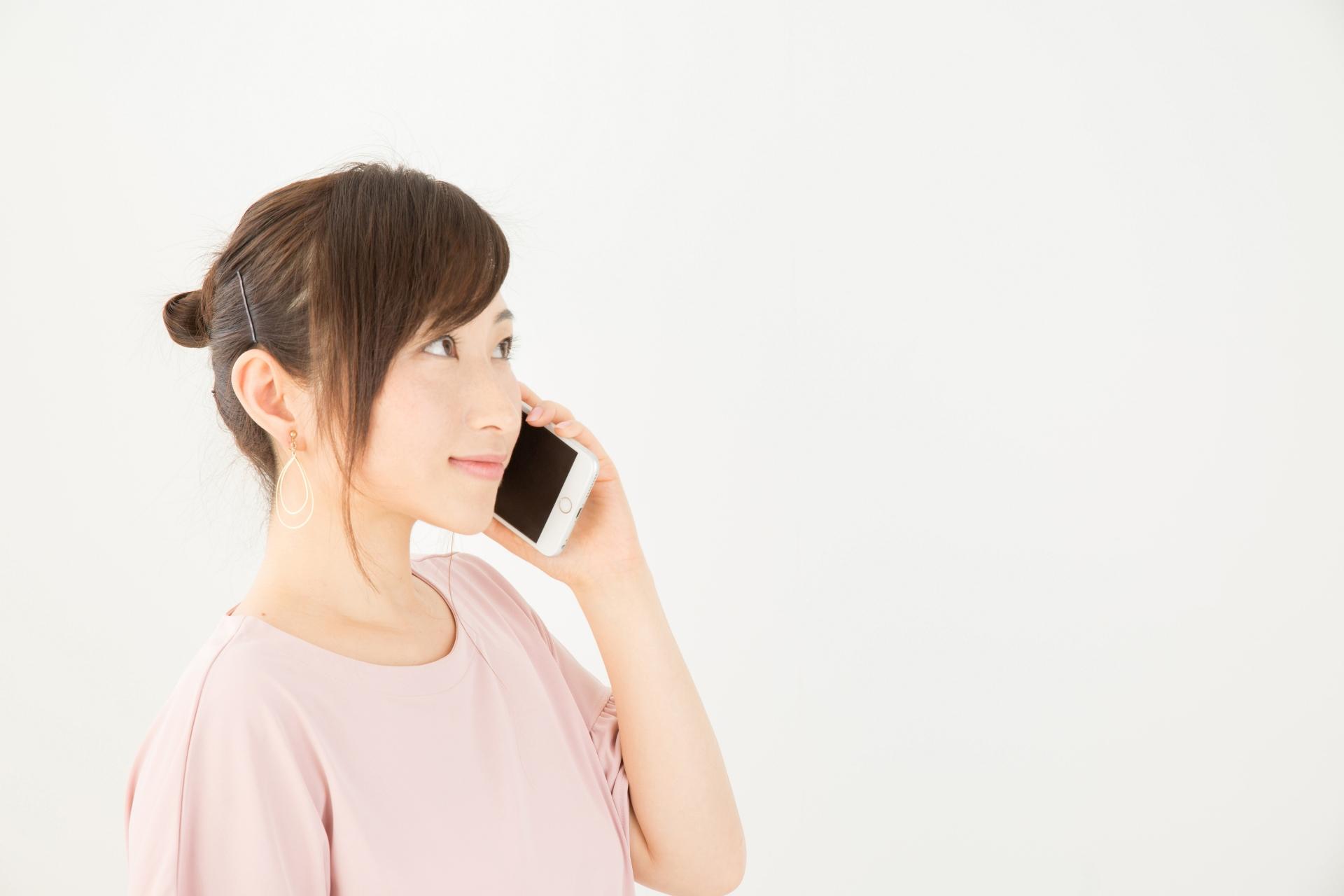 電話する女性