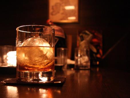 Tres whiskis sobre la mesa