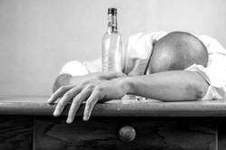 Como queriendo cantar el borracho se levanta
