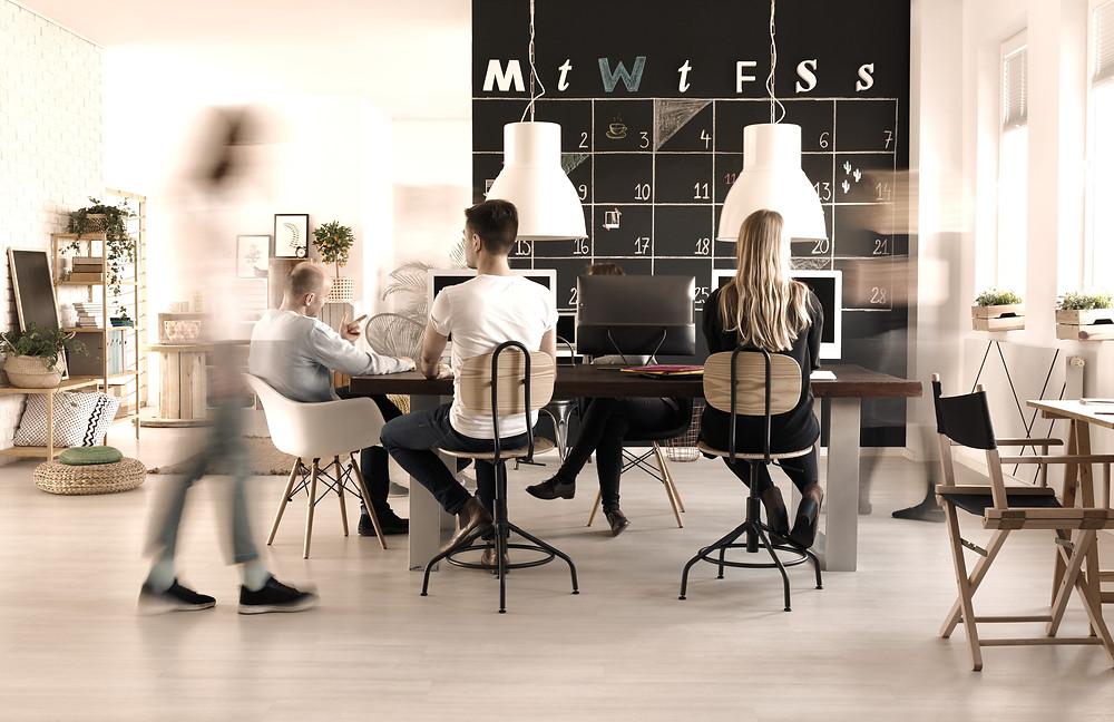 Un bureau avec LES CHOSES EN ORDRE