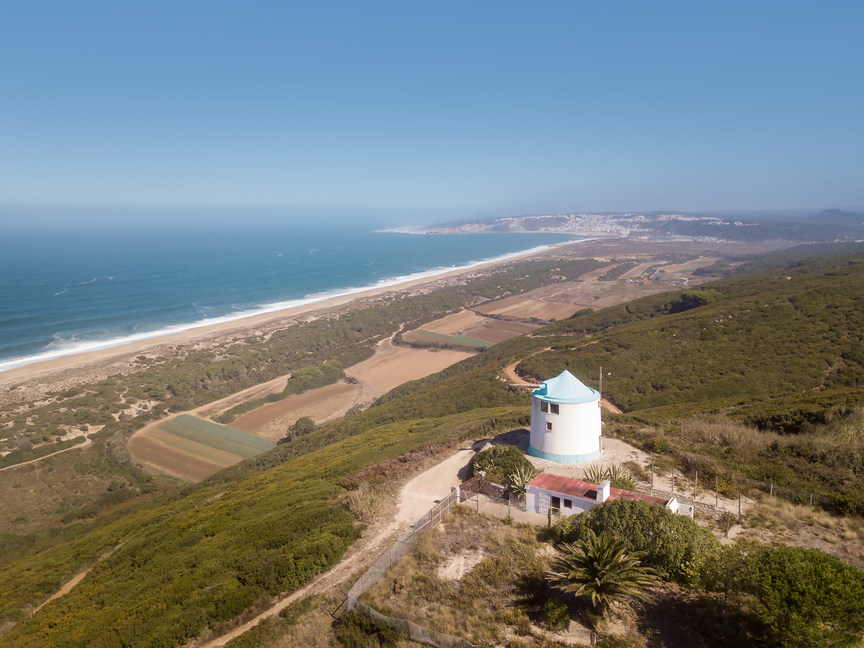 Moulins à vent traditionnels portugais Serra da Pescaria Salgado beach Côte d'Argent Portugal
