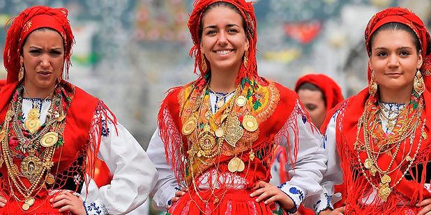 Traditional Portuguese folclore costumes Minho filigrana gold jewlery
