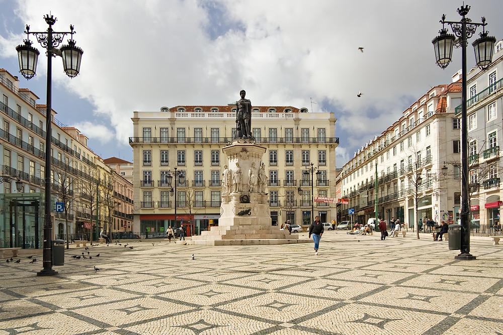 Photo credits: Luca Galuzzi, Lisboa Praça Luís de Camões, CC BY-SA 2.5