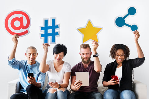 people-holding-an-social-media-icon-P8E9