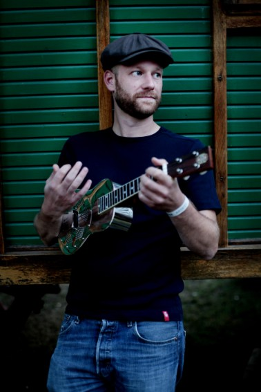 Maarten bassist op ukulele