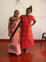 Inoka nach einer Gerichtsanhörung, mit super schönem Sari. (Ich im Nachthemd, auch schön :-)