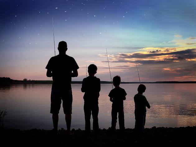 Dad fishing with kids