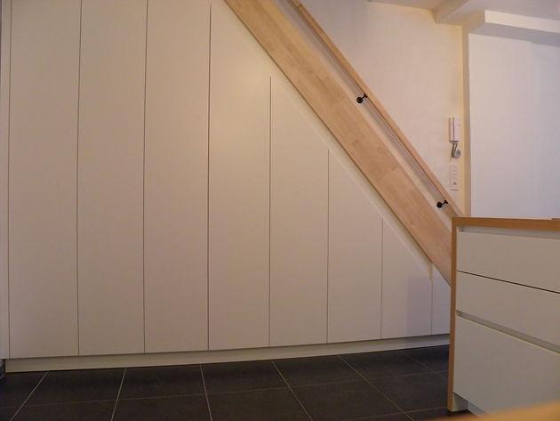 Kast Onder Trap : Hout eenvoudig plaatst een kast onder een trap te sint denijs