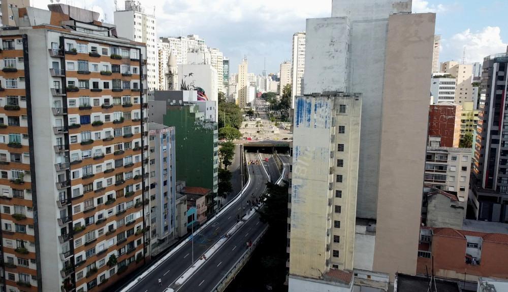 Em meio a prédios o Minhocão (elevado Costa e Silva) cortra a cidade com a praça Roosevelt. Em cima do elevado é possível ver pessoas fazendo atividades como caminhada, conversando, andando de bicicleta e fazendo esportes