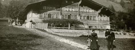 Wösch um 1902, mit der Familie Anna und Rudolf Regez-Hofer im Vordergrund