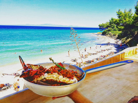 Fresh seafood directly on the Agora Beach