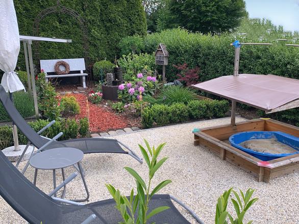 Liegewiese mit Sandkiste im Garten