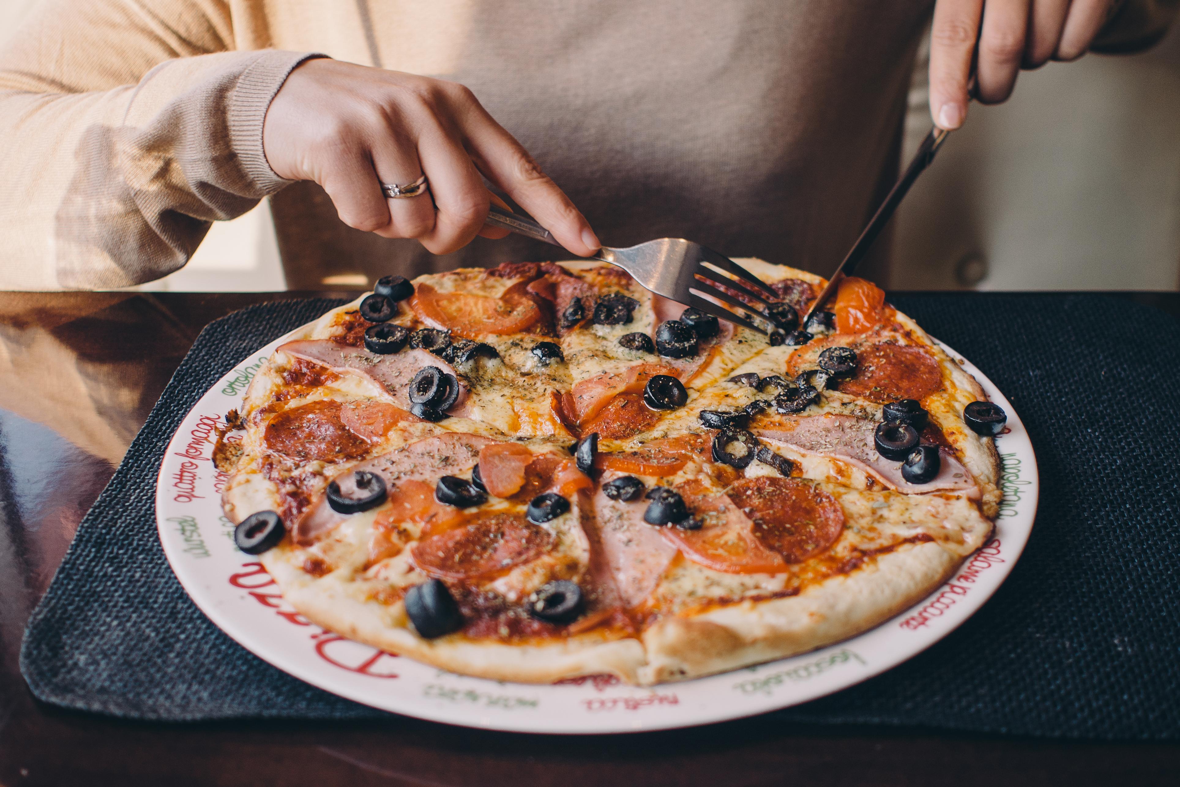 Pizza deliciosa aceitunas queso