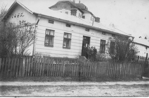 משפחתו של אבי בפתח ביתם הישן