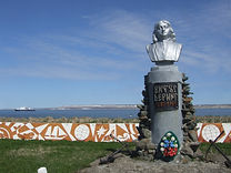 ויטוס ברינג, אנדרטה לזכרו, על האי ברינג.