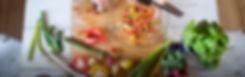 Gemüseschneiden in der Küche, wobei Lebensmittelabfälle entstehen