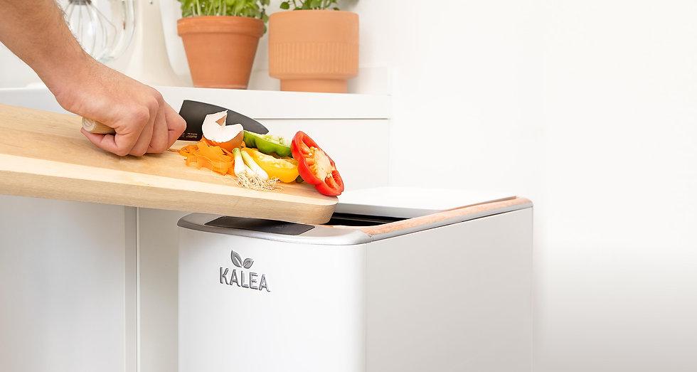 Küchenabfälle, die in den KALEA Küchenkomposter gefüllt werden