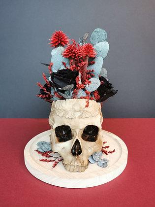 Composition crâne fleuri sous cloche