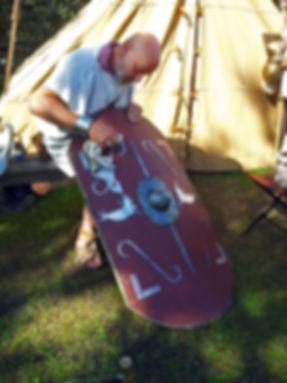 Archeon_legionair_poetst_schild_Romeinen