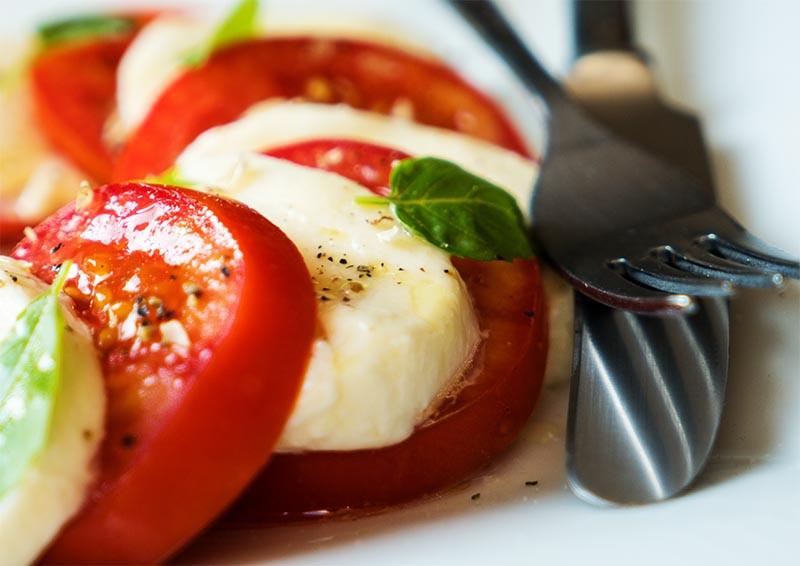 caprese paradajka mozzarella bazalka recept