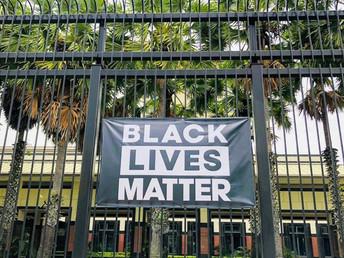 米国大使館に掲示された「ブラック・ライヴズ・マター」(5月26日)