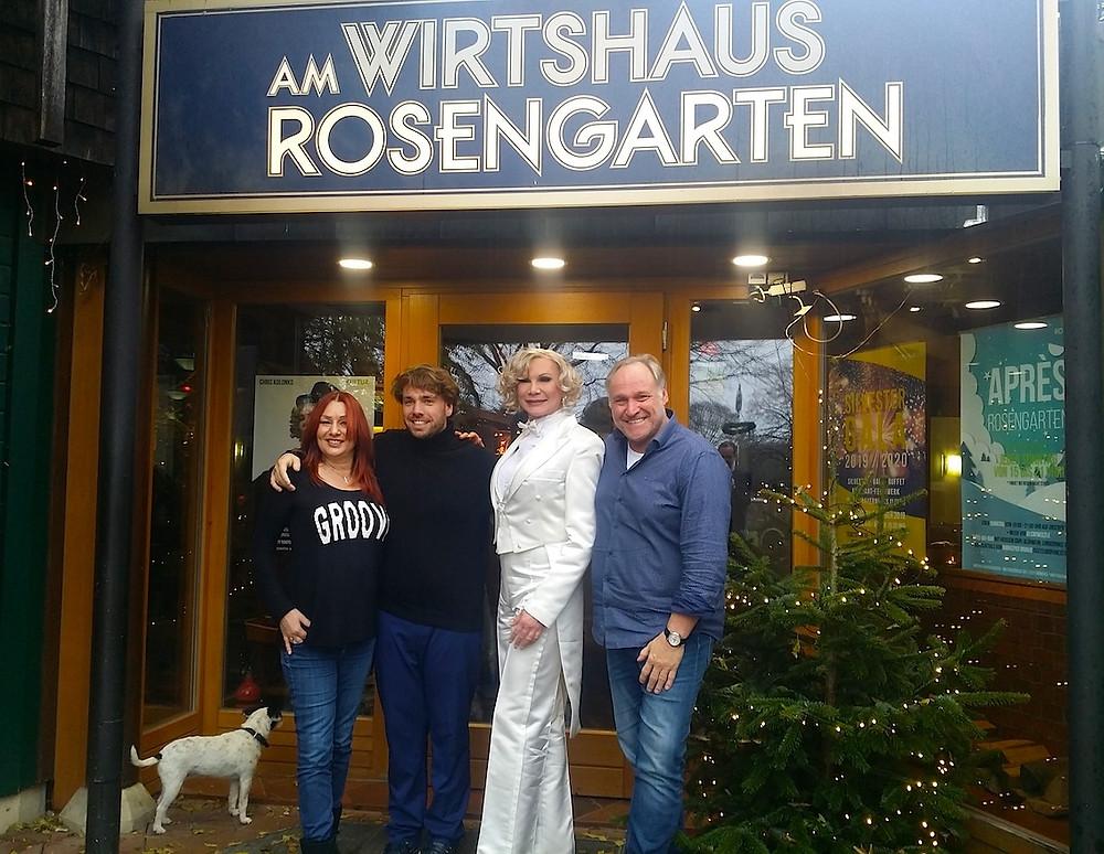 Anja Lukaseder, Matthias Schlieper, Chris Kolonko und Gerhard Rieder vorm Wirtshaus am Rosengarten