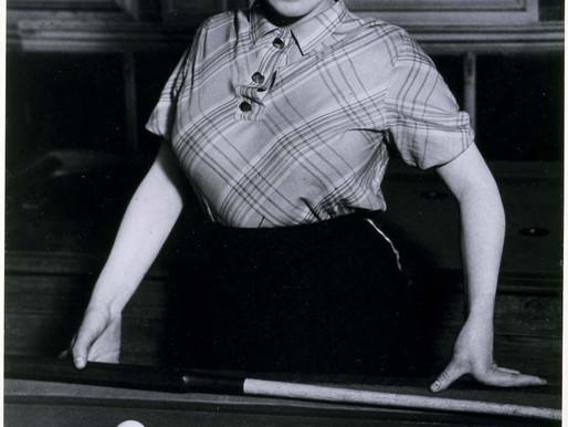 Brassaï ::: Fille de joie jouant au billard russe... ::: Musée Reina sofía