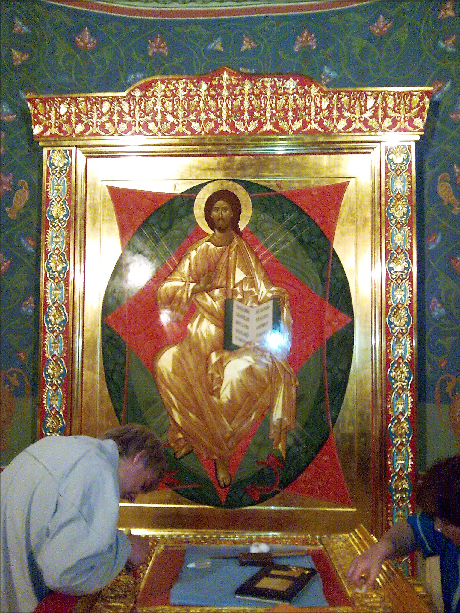 Золоченая резьба в интерьере храма